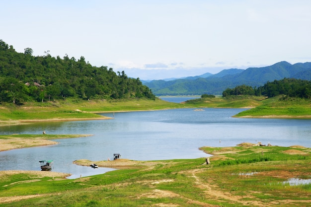 Beau paysage pour la rivière et la montagne de la forêt dans le parc national