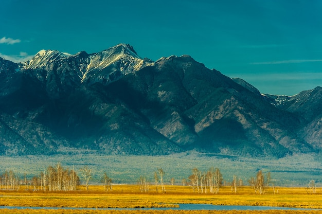 Beau paysage printanier des montagnes de l'ouest de sayan.