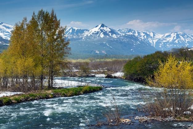 Beau paysage printanier de la péninsule du kamtchatka : vue sur la montagne de la rivière paratunka par une journée ensoleillée. eurasie, extrême-orient russe, région du kamtchatka.