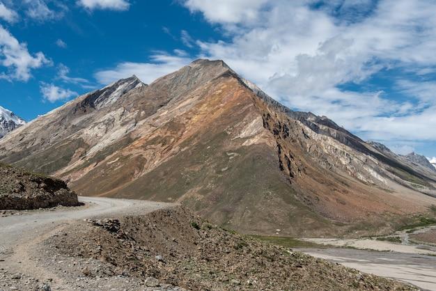 Beau paysage à rangdum avec ancien stupa blanc bouddhiste