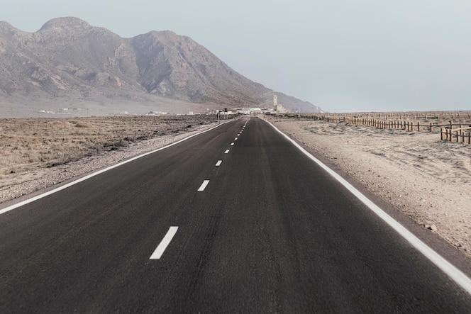 beau paysage avec route et collines