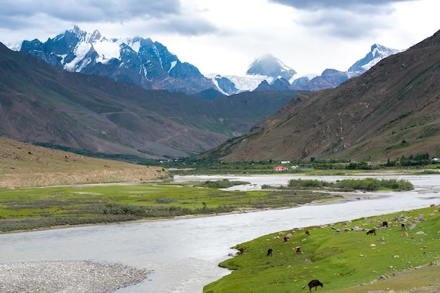 Beau paysage sur la route de zanskar à la chaîne de l'himalaya