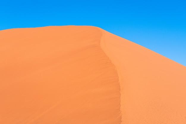 Beau paysage de sable orange dune sable orange au désert du namib dans le parc national de namib-naukluft sossusvlei en namibie.