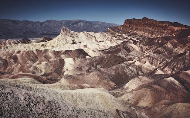 Beau paysage tourné de pentes blanches et brunes sur une montagne rocheuse pendant la journée