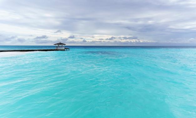 Beau paysage tranquille de mer cristalline turquoise dans l'île tropicale des maldives