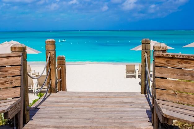 Beau paysage tropical sur l'île de providenciales dans les îles turques et caïques, caraïbes