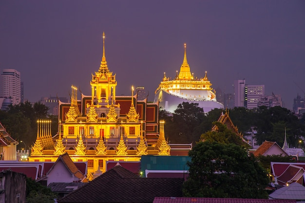 Beau paysage urbain de bangkok au crépuscule avec loha prasat wat ratchanatda et la pagode golden mountain pendant le crépuscule, bangkok, thaïlande.