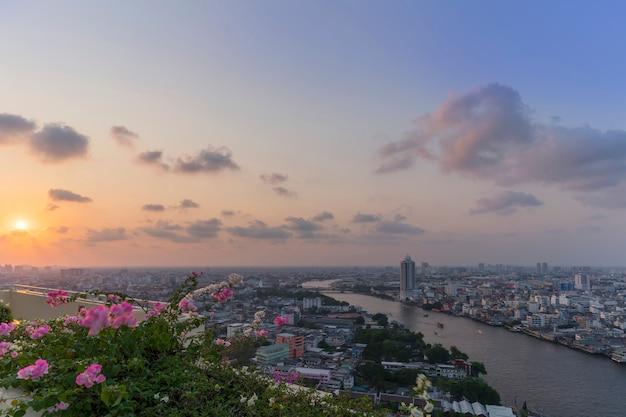 Beau paysage urbain de bangkok et de la rivière chao phraya au coucher du soleil, thaïlande