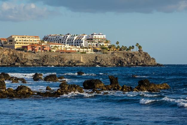 Beau paysage. les vagues battent sur les récifs volcaniques près de las galletas.