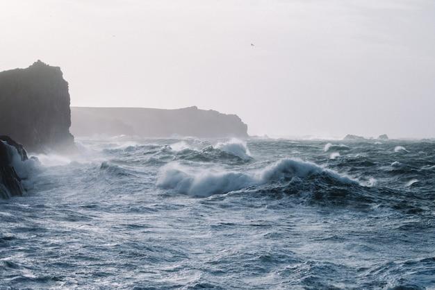 Beau paysage de vagues de la mer s'écrasant sur des formations rocheuses