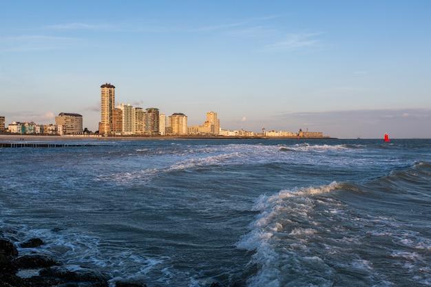 Beau paysage des vagues de l'océan calme se déplaçant vers le rivage à vlissingen, zélande
