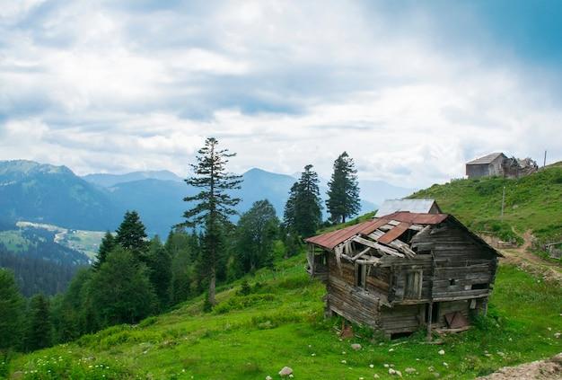 Beau paysage avec vieille maison sur la vallée de montagne en géorgie