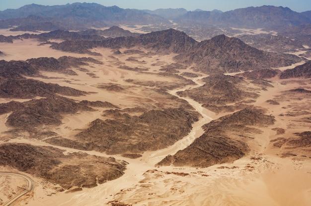Beau paysage de vue aérienne des sommets des montagnes dans le désert. montagnes dans le désert, vue aérienne. les montagnes horeb en egypte sur la péninsule du sinaï