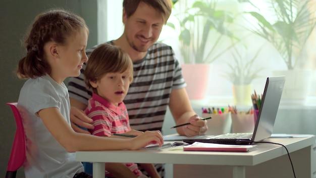 Beau père aidant ses enfants à faire leurs devoirs