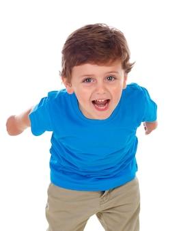 Beau petit enfant de trois ans portant un t-shirt bleu en cours d'exécution
