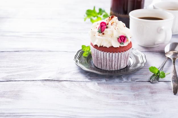 Beau petit gâteau de velours rouge
