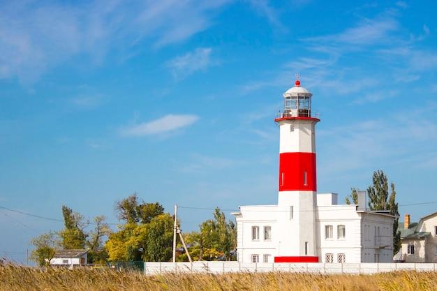 Beau phare sur la plage à berdiansk