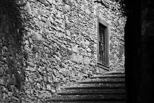 Beau plan d'un escalier au milieu des bâtiments en noir et blanc