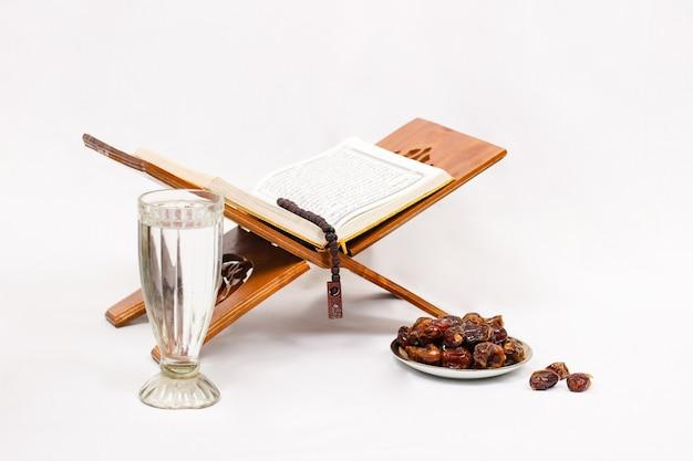 Beau plat après le jeûne culte isolé sur fond blanc