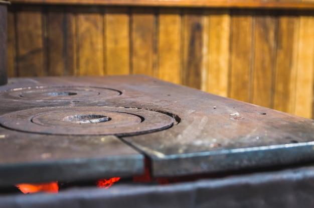 Beau poêle en fer à bois dans une cabane rustique