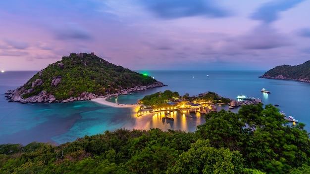 Beau point de vue sur l'île de koh nangyuan, surat thani en thaïlande
