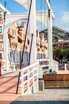 Beau pont-levis en bois à la ville européenne aux beaux jours