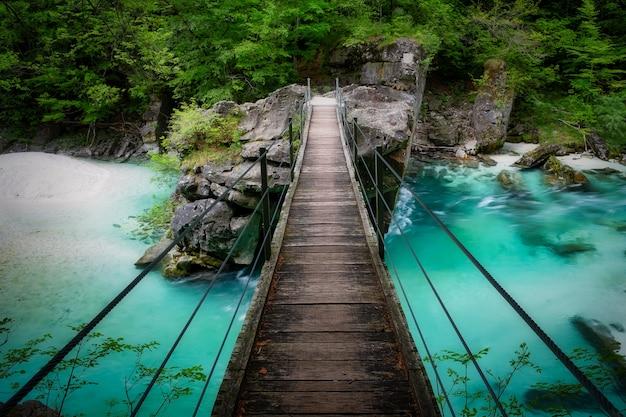 Beau pont sur la rivière soca en slovénie