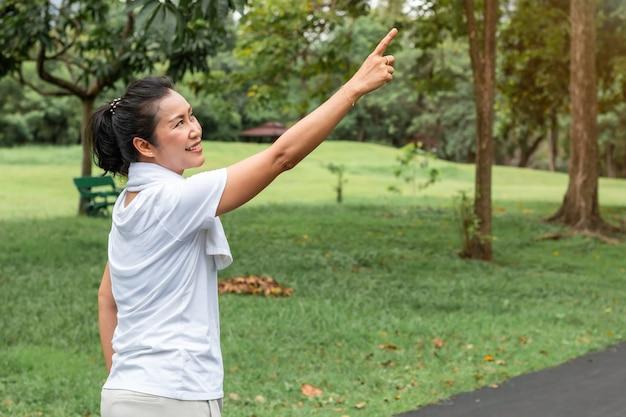 Beau portrait asiatique de femme senior pensant et relaxant au parc.