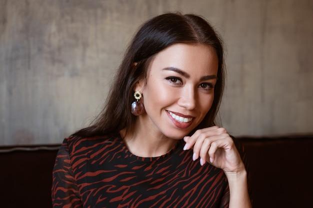Beau portrait féminin d'une nationalité caucasienne brune agrandi de beaux yeux bruns avec...