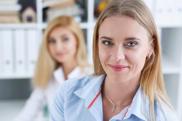 Beau portrait de femme d'affaires souriant au lieu de travail