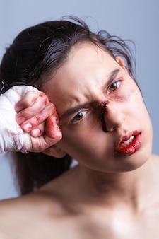 Beau portrait de femme aux mains sanglantes