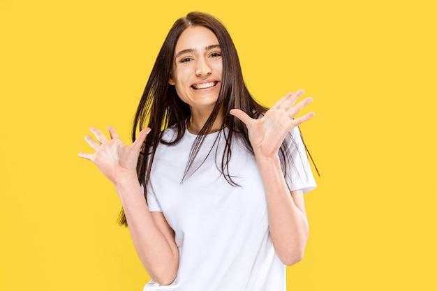 Beau portrait de femme demi-longueur isolé sur espace jaune. jeune femme souriante. expression faciale, été, week-end, concept de station