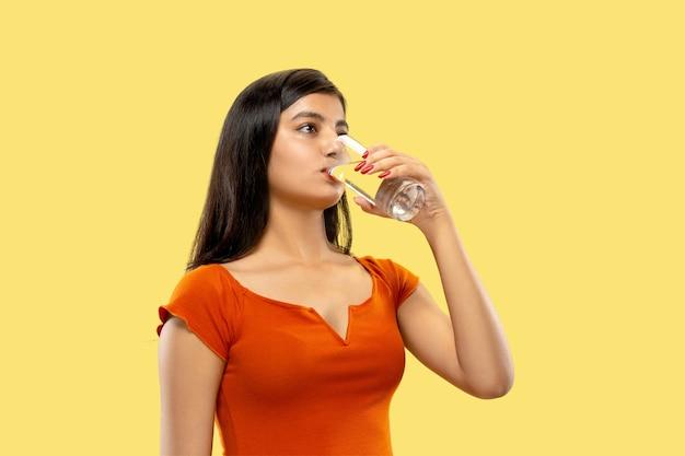 Beau portrait de femme demi-longueur isolé sur jaune