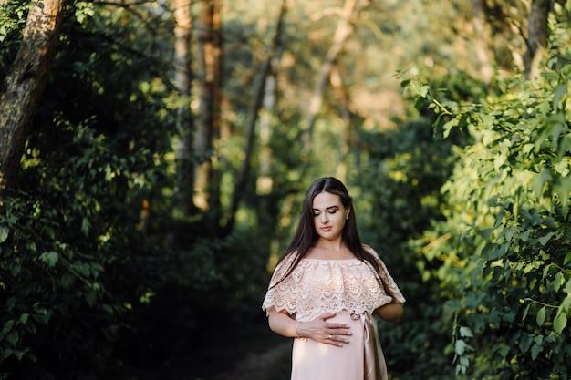 Beau portrait de femme enceinte
