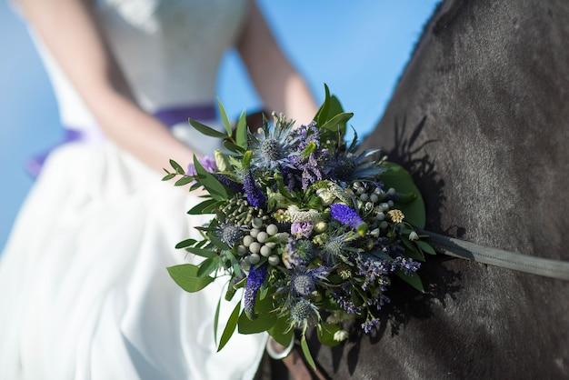 Beau portrait de femme mariée avec cheval le jour du mariage