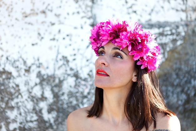 Beau portrait d'une femme mature avec bandeau fashion