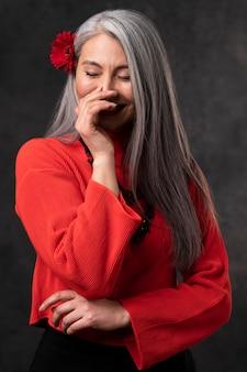 Beau portrait de femme senior avec fleur dans les cheveux