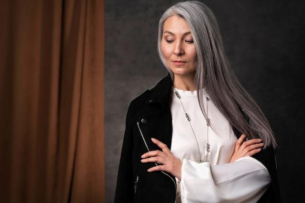 Beau portrait de femme senior portant une veste noire