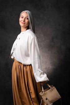 Beau portrait de femme senior avec sac à main