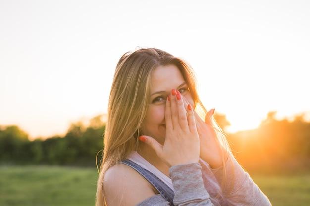 Beau portrait d'une fille accessible, amicale et insouciante avec un sourire époustouflant et un look mignon
