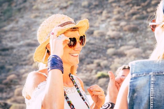 Beau portrait heureux jolie femme de mode avec des lunettes de soleil de foyer - profiter d'amis dans des activités de loisirs en plein air et un concept de mode de vie à la mode