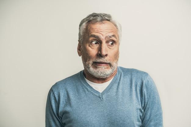 Beau portrait d'homme senior isolé sur blanc
