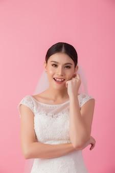 Beau portrait de mariée asiatique en rose