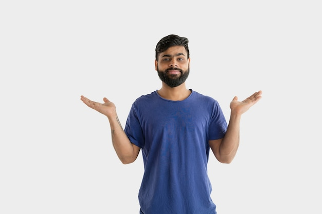 Beau portrait masculin isolé. jeune homme hindou émotionnel en chemise bleue. expression faciale, émotions humaines.