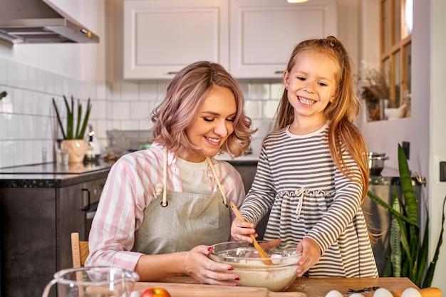 Beau portrait de mère et fille passer du temps ensemble