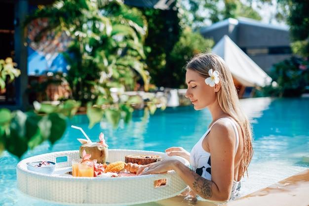 Beau portrait d'une voyageuse avec table flottante il y a de la nourriture asiatique. vacances et loisirs en thaïlande.