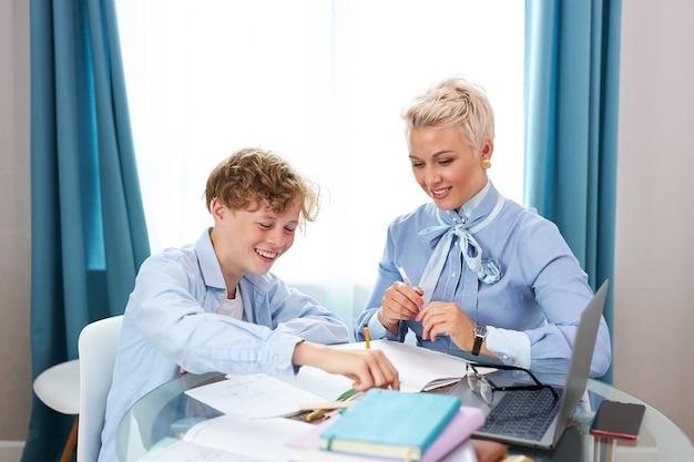 Beau professeur et élève ayant une leçon