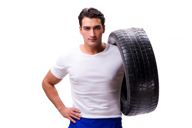 Beau réparateur de pneus isolé sur blanc