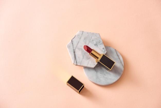 Beau rouge à lèvres audacieux rouge haut de gamme moderne de luxe