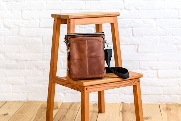Beau sac marron en cuir conçu pour divers articles